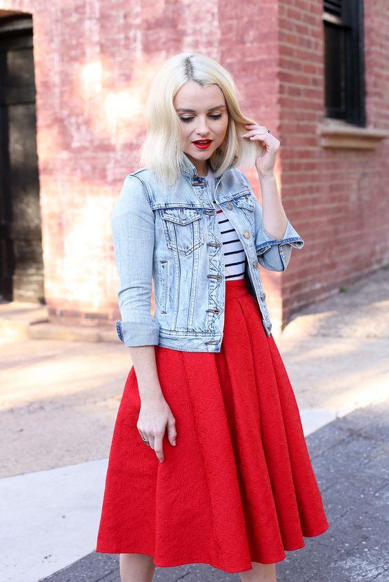 Объемная красная юбка с короткой джинсовой курткой