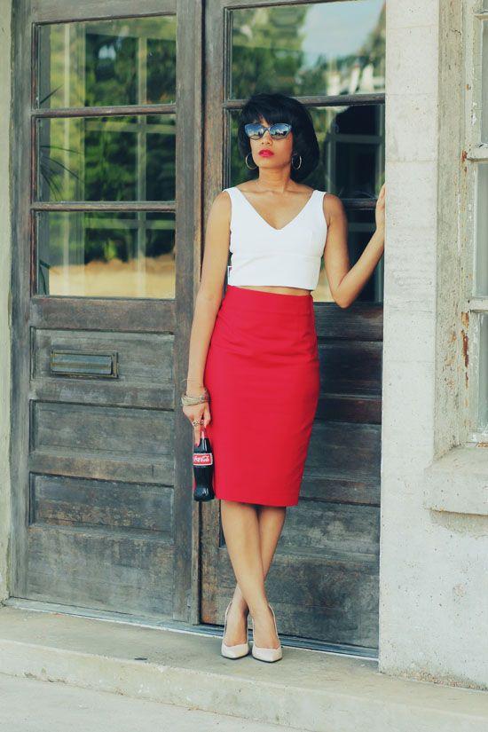 Красная длинная юбка в сочетании с белым топом