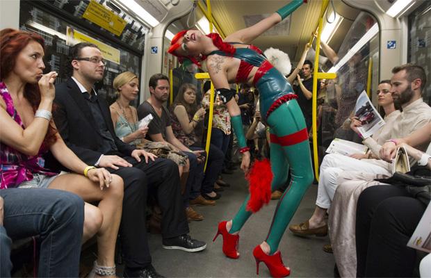 Показ происходит в движущемся вагоне метро
