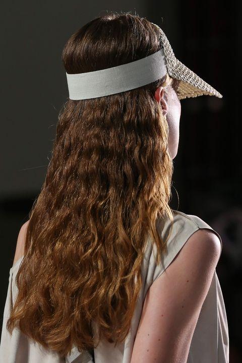 Модель в показе коллекции весна-лето 2018 Akris