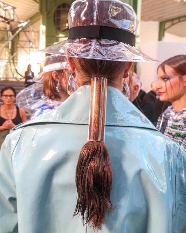 Даже в волосах моделей были пластиковые детали