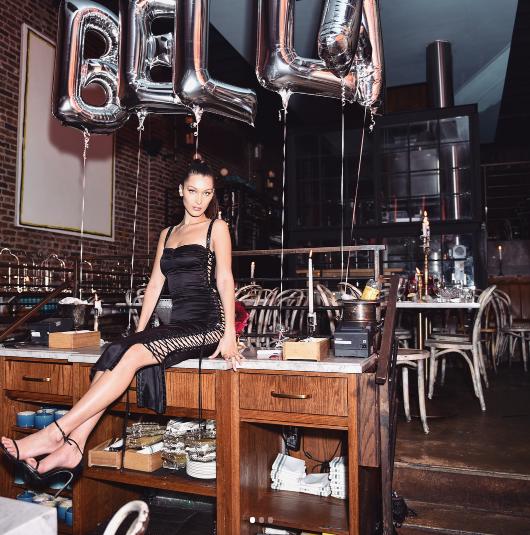 Под черное обтягивающее платье Белла выбрала лаконичные босоножки на каблуке