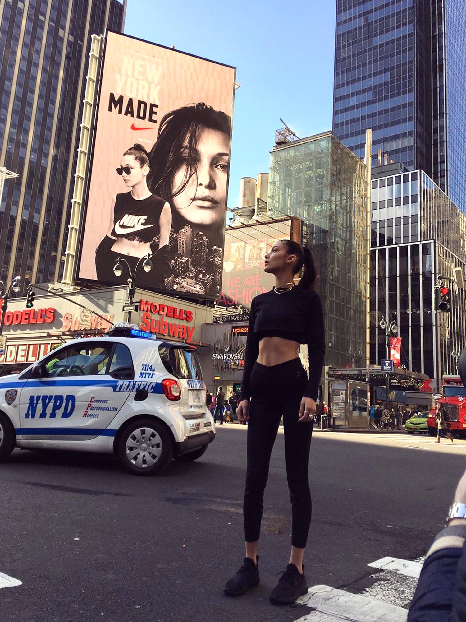 Белла Хадид на фоне рекламы со своим участием