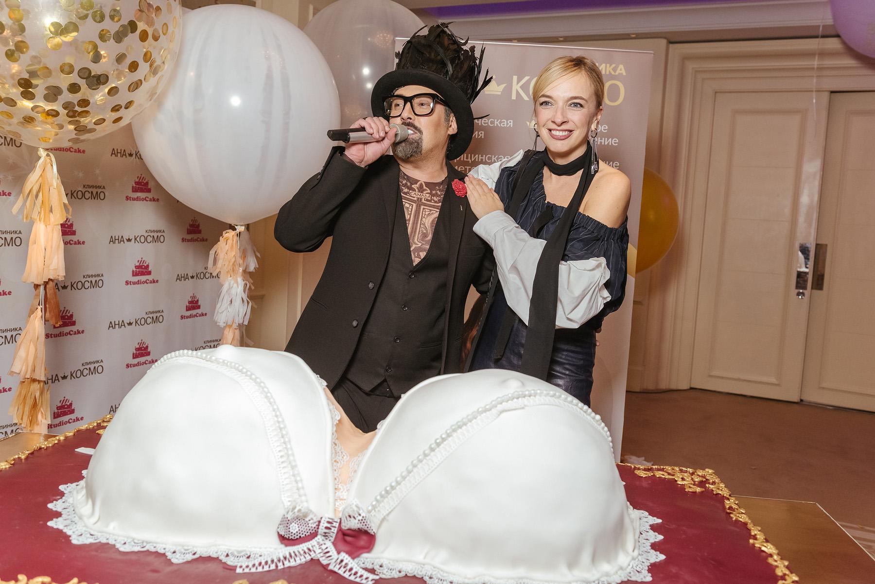 Дмитрий Коляденко и Василиса Фролова приглашали сделать фото с праздничным тортом