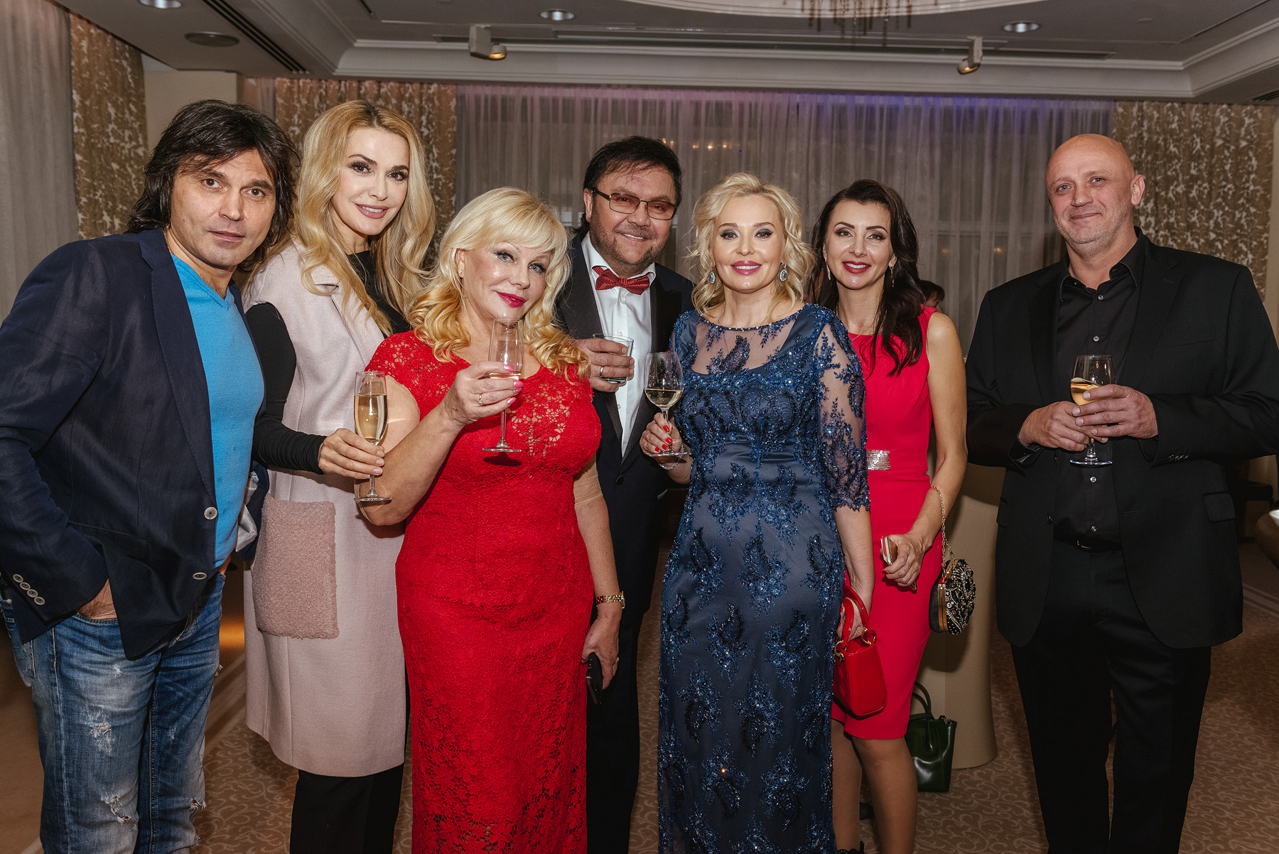 Гости вечеринки и основательница клиники Оксана Денищук