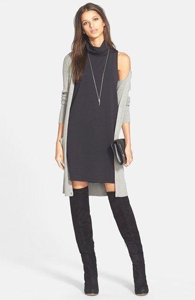 С чем носить черное платье-водолазку без рукавов