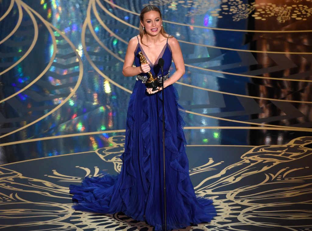 Бри Ларсон в летящем синем платье