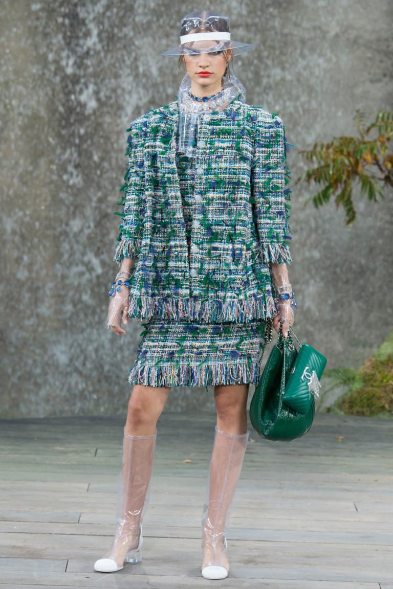 Высокие прозрачные сапоги и костюм с бахромой. Коллекция весна-лето 2018. Chanel