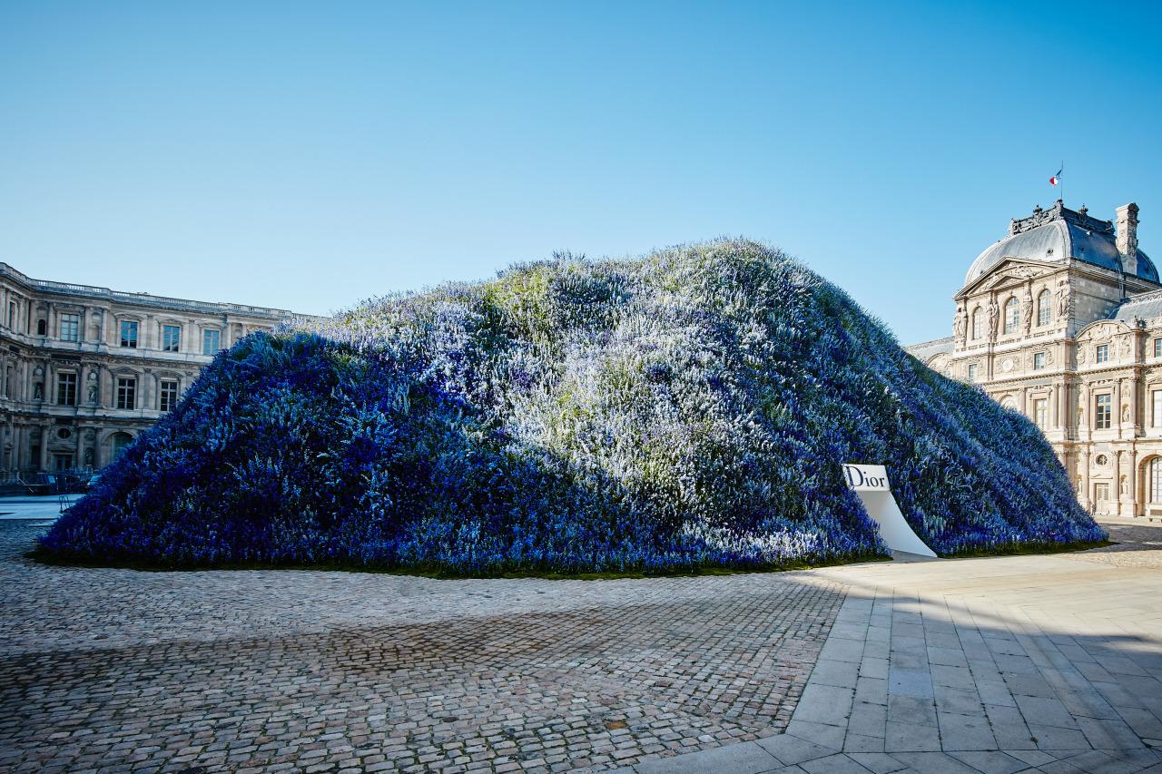 Импровизированная гора, покрытая цветками дельфиниумами для показа коллекции Dior в 2016 году