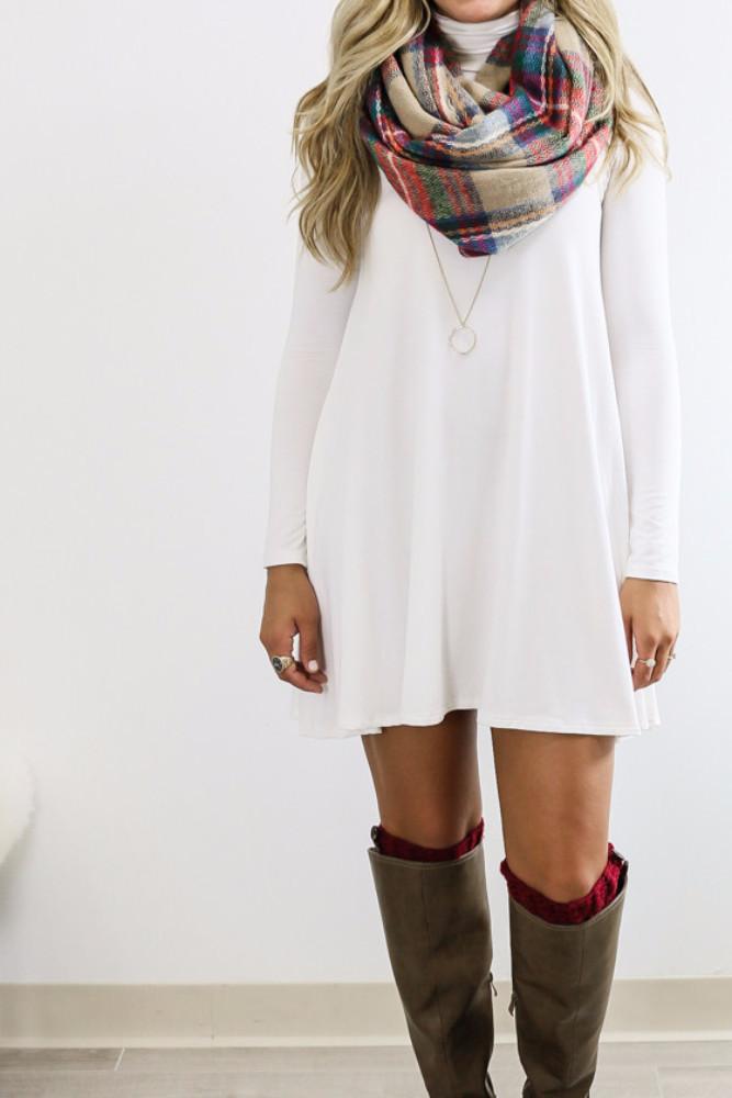 Короткое платье-водолазку можно дополнить шарфом или длинным украшением