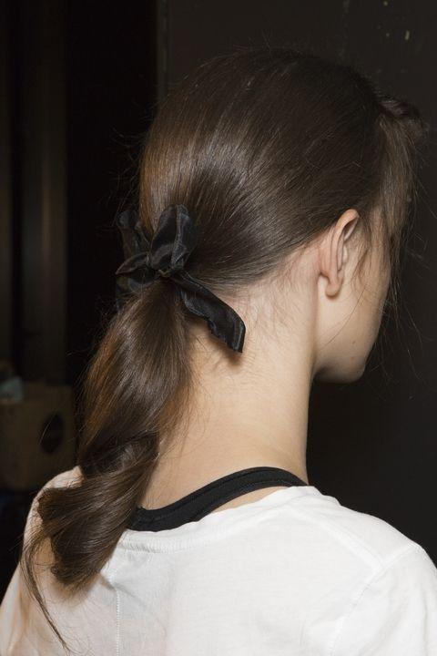 В хвост можно собрать заранее подкрученные волосы. Коллекция Erdem