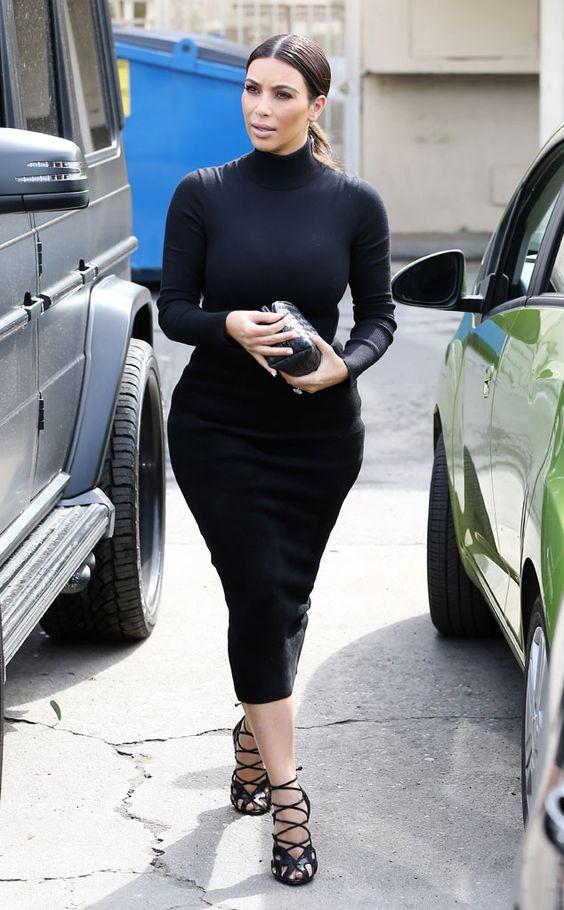 Ким Кардашян в черном платье-водолазке