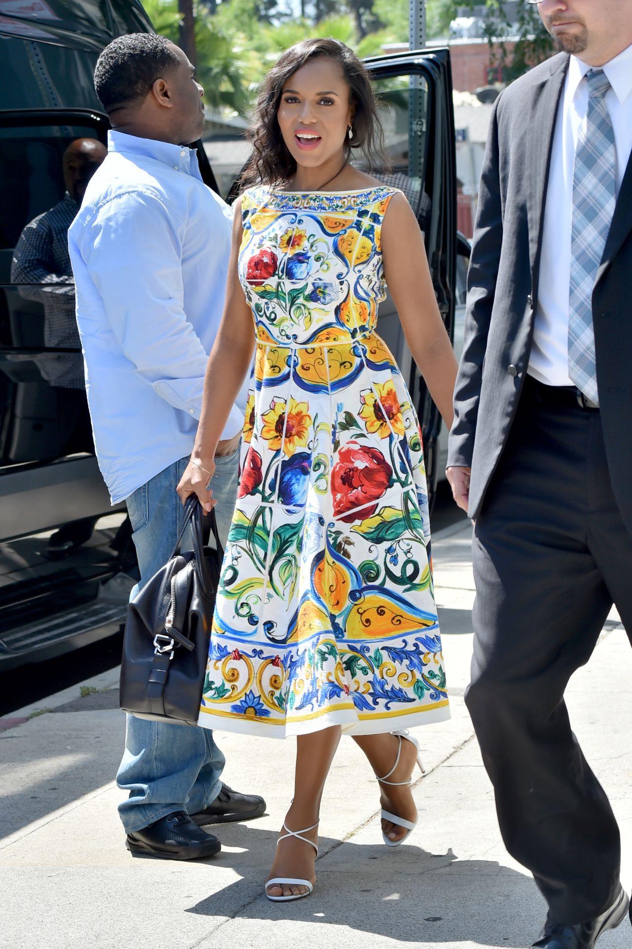 Керри Вашингтон в платье с ярким растительным принтом
