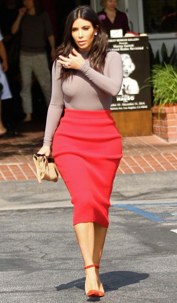Ким Кардашян очень часто можно увидеть в длинной красной юбке