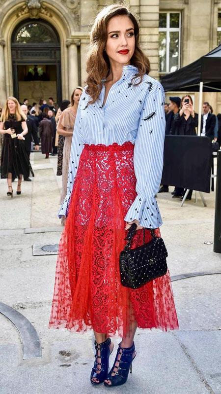 Джессика Альба в красной кружевной юбке