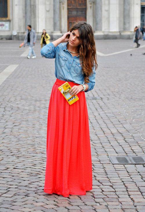 Красная юбка в пол в сочетании с джинсовой рубашкой