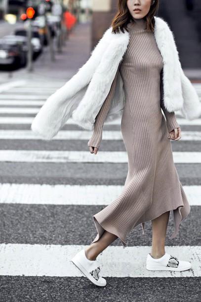 Платье-водолазка с расклешенным низом и кедами