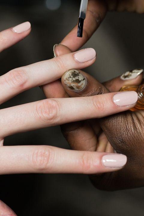 Натуральный цвет ногтей в моде весной и летом 2018. Nail ari для Peter Pilotto