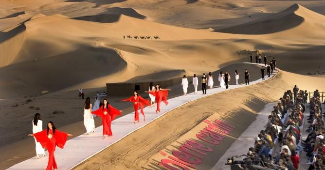 Показ коллекции проходил на фоне песчаных барханов