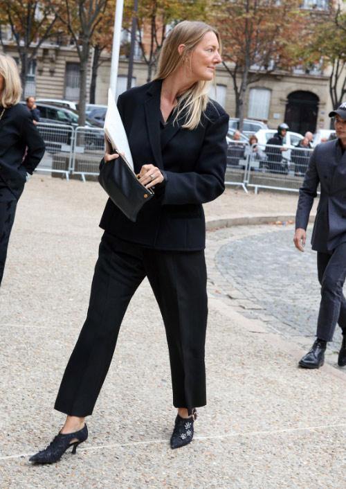 Директор отдела моды журнала Gracia Ребекка Лауторпе в черном брючном костюме на Неделе моды в Париже, осень 2018