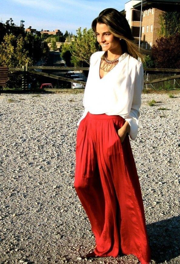 Длинная красная юбка и белая рубашка свободного кроя