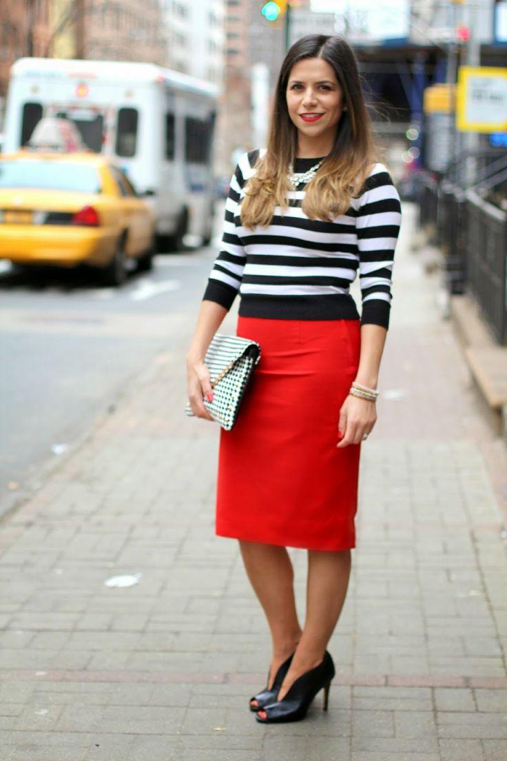 Красная юбка-карандаш отлично комбинируется с полосатым свитером