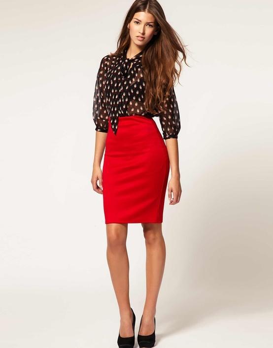Узкая красная юбка и прозрачная черная блузка