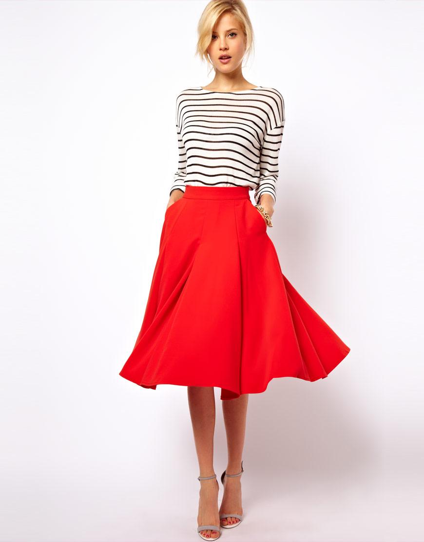 Красная пышная юбка в сочетании с полосатым верхом