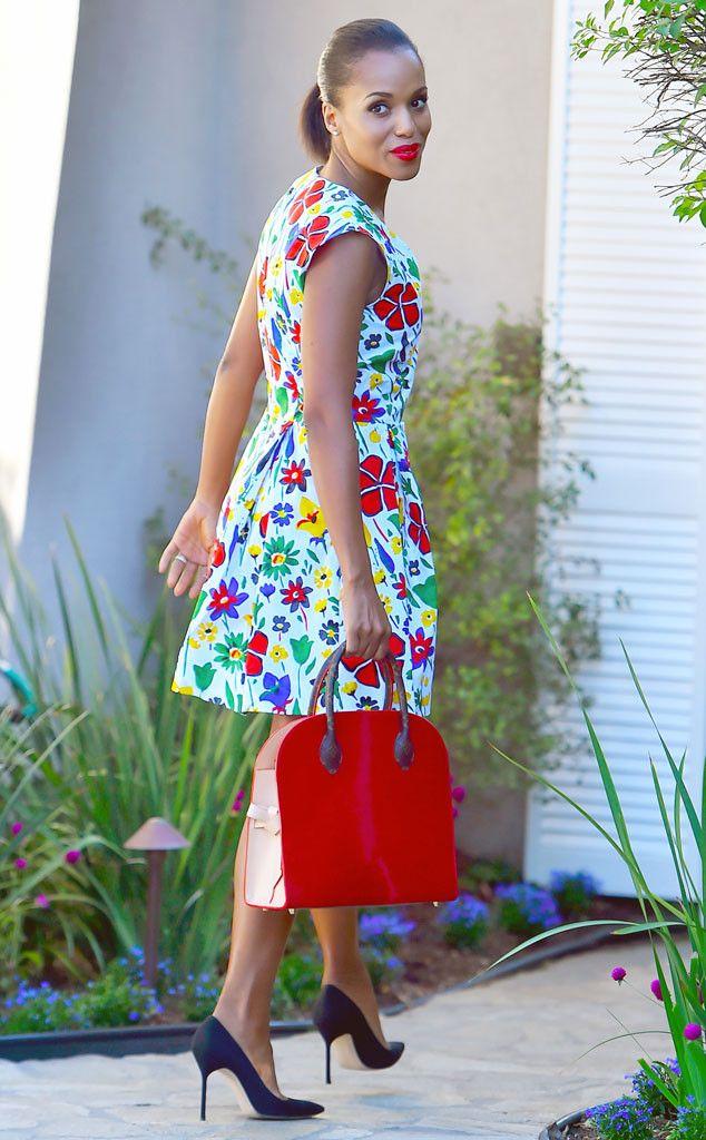 Платье с цветочным принтом, красная сумка и темные туфли - выбор актрисы Вашингтон