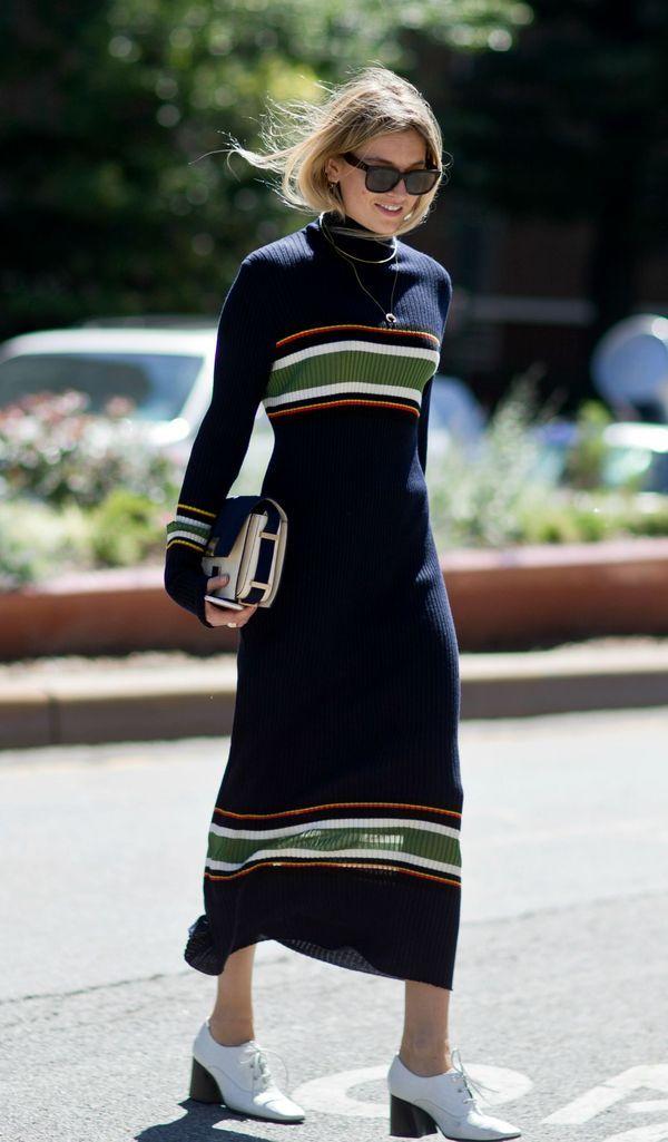 Но и разноцветное платье в полоску можно обыграть с любой обувью и сумкой