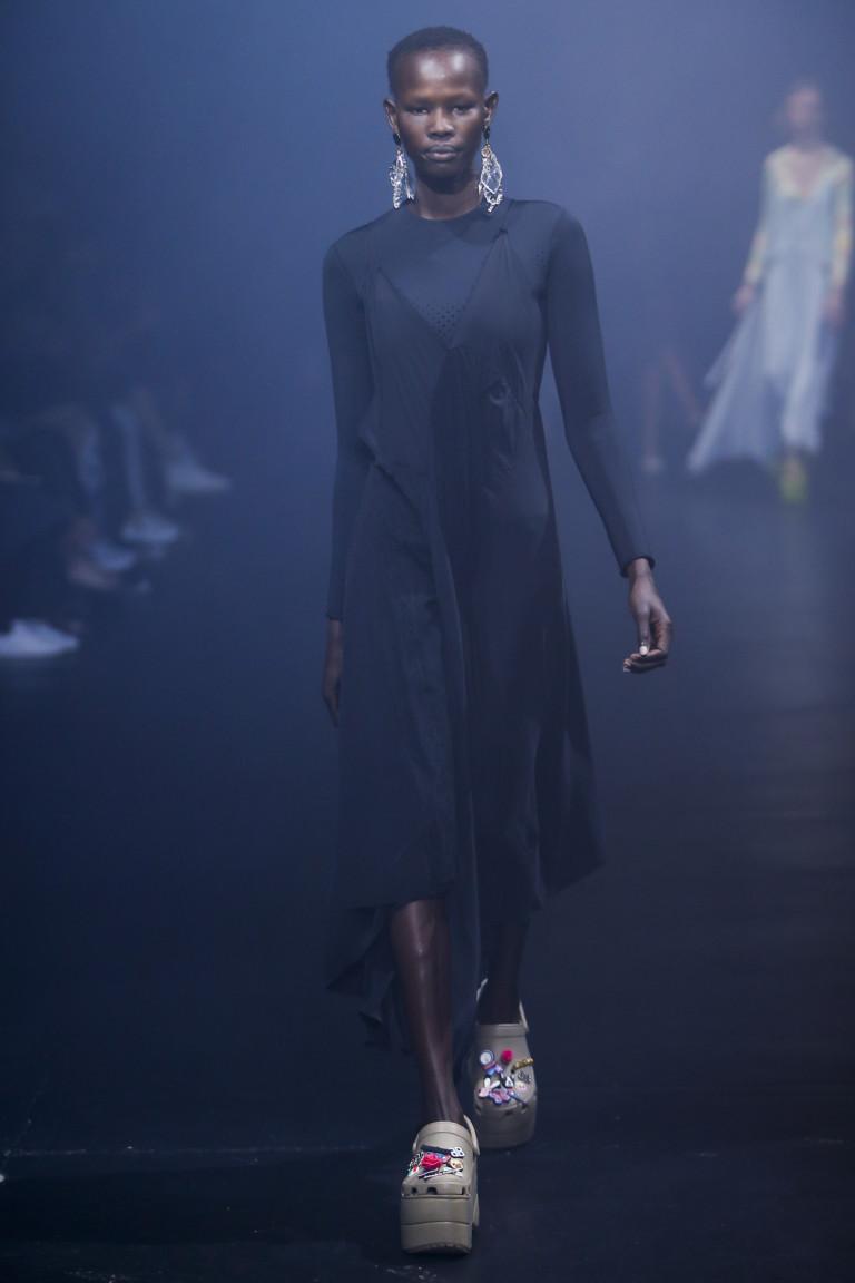 Balenciaga предлагает носить кроксы с длинными легкими платьями