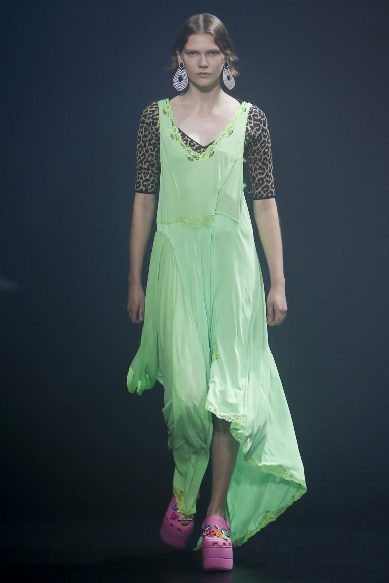 Легкое и струящееся платье в сочетании с кроксами