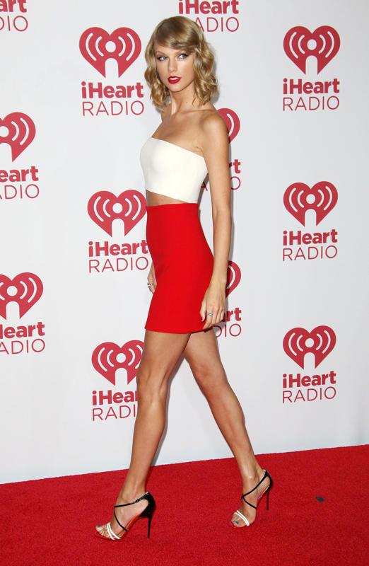 Тейлор Свифт в короткой красной юбке и белом топе
