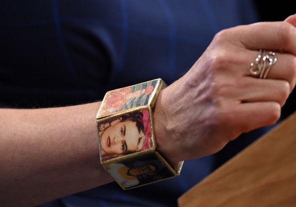 Браслет Терезы Мэй с портретами Фриды
