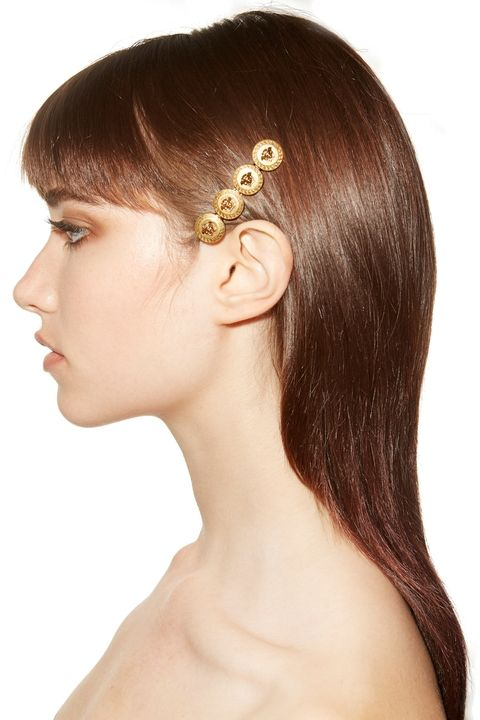 Прямые длинные волосы и яркая деталь у виска. Коллекция весна-лето Versace