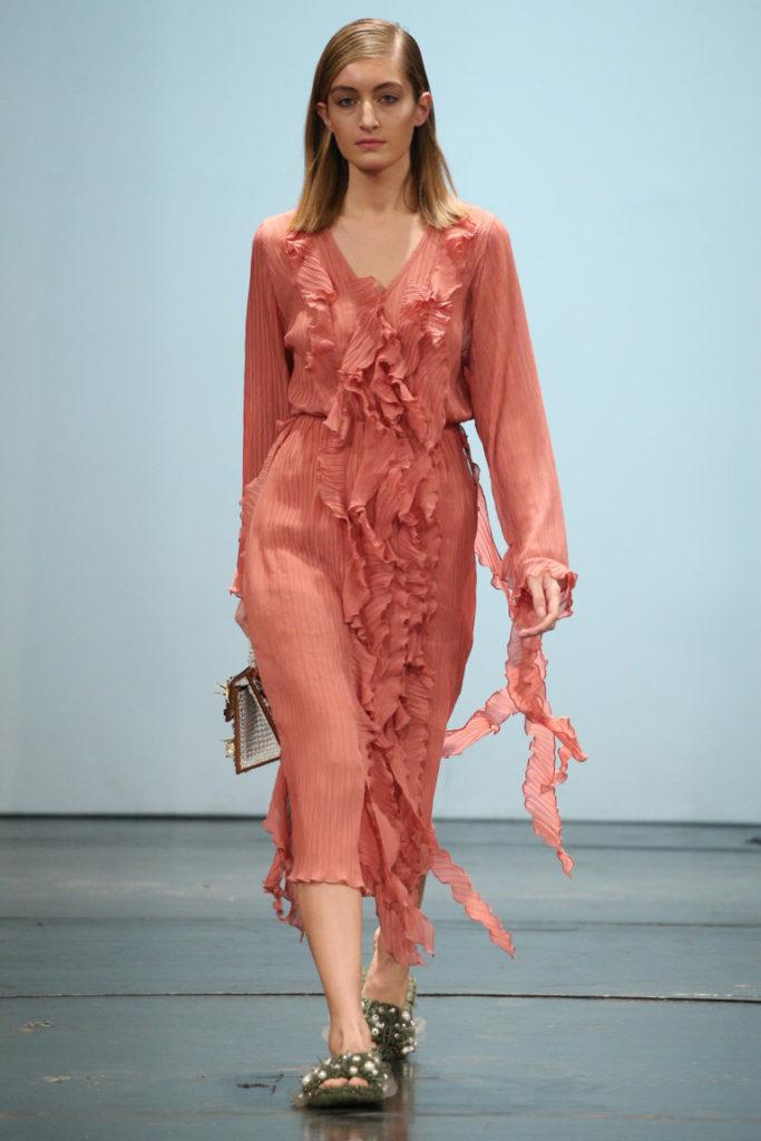 Модні сукні весни-літа 2018  8 ефектних трендів  5822a0ad79197