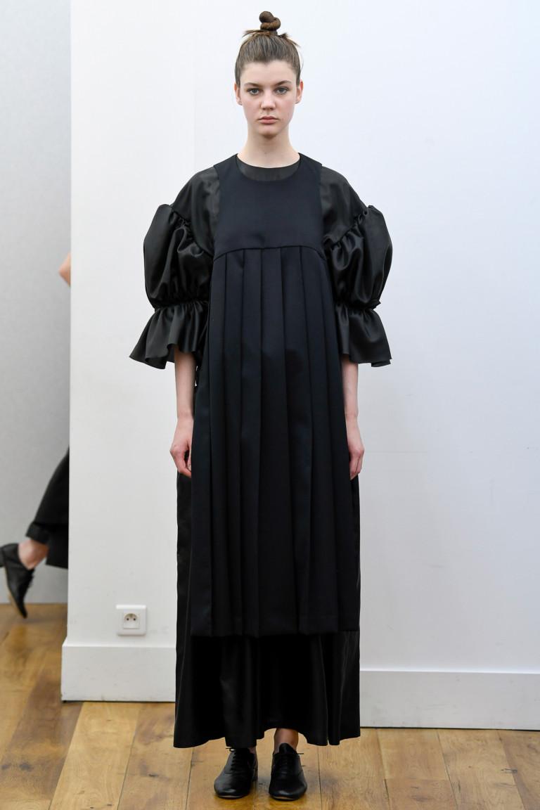 Черное платье с крупными рукавами-фонарями на весну 2018