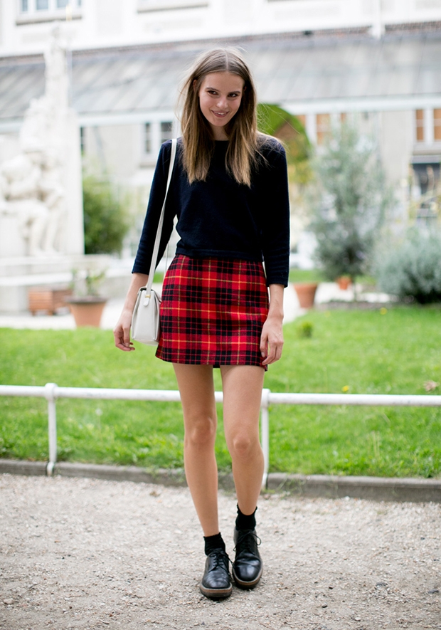 Короткая юбка в клетку и однотонный тонкий свитер