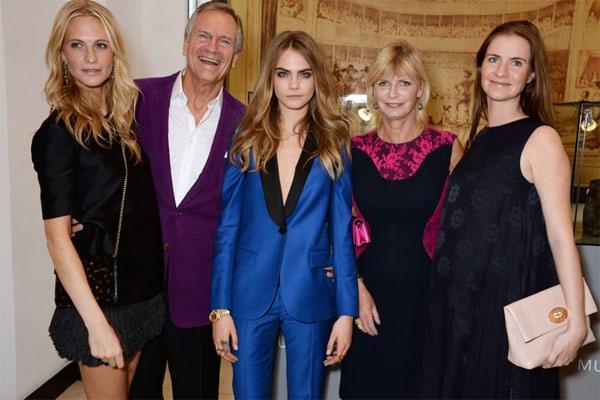 Семья Кары Делевинь. Слева направо: Поппи, Чарльз, Кара, Пандора и Клу