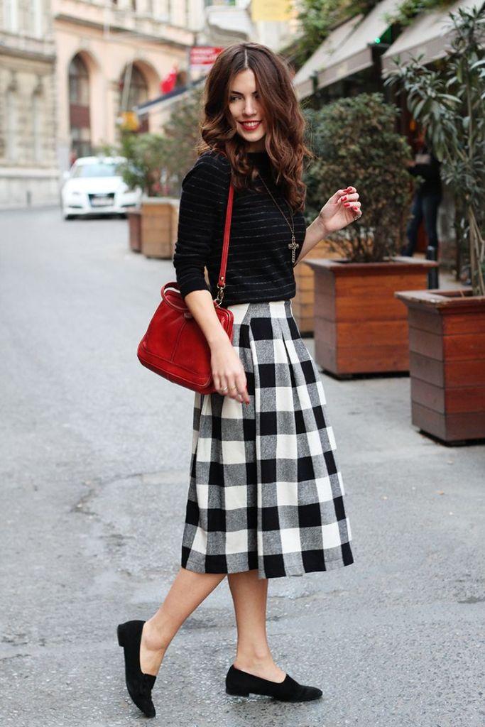 С чем носить черно-белую юбку в клетку? Например, с однотонной водолазкой, черными туфлями и яркой сумкой