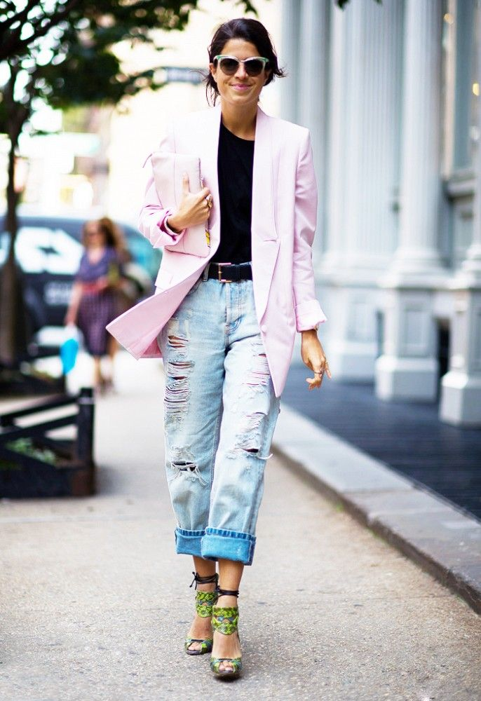 С чем носить джинсы бойфренды: с однотонным топом и цветным жакетом