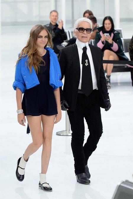 Кара Делевинь и Карл Лагерфельд во время показа коллекции Chanel весна-лето 2016 в Париже