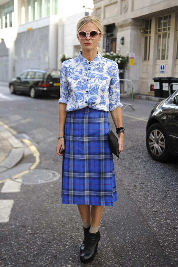 Голубая юбка в клетку и рубашка с растительным принтом