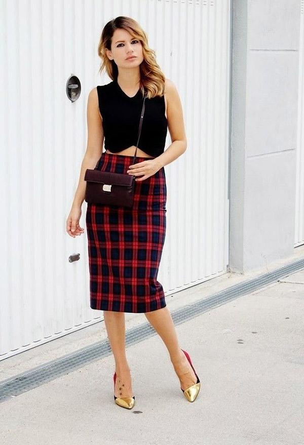 С чем носить прямую юбку-шотландку - с однотонным топом