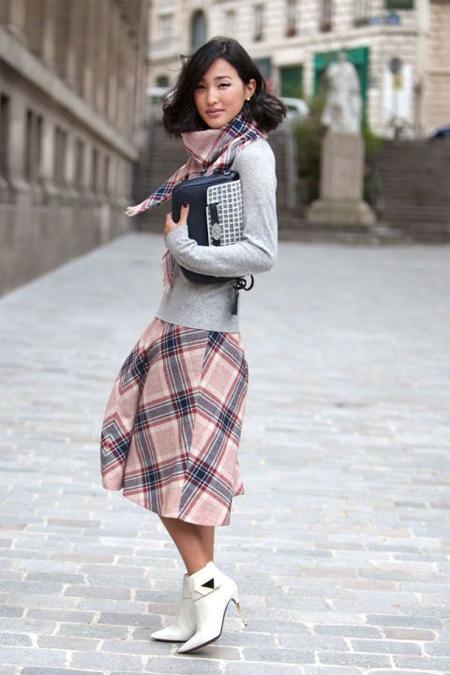 Юбка в шотландскую клетку в сочетании с серым свитером