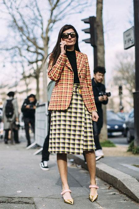 Джованна Батталья в клетчатой юбке, клетчатом жакете и золотистых туфлях