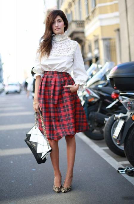 Клетчатая пышная юбка в сочетании с белой блузкой