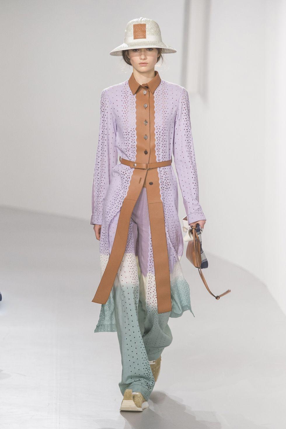 Модный тренч лилового цвета из коллекции Loewe весна-лето 2018