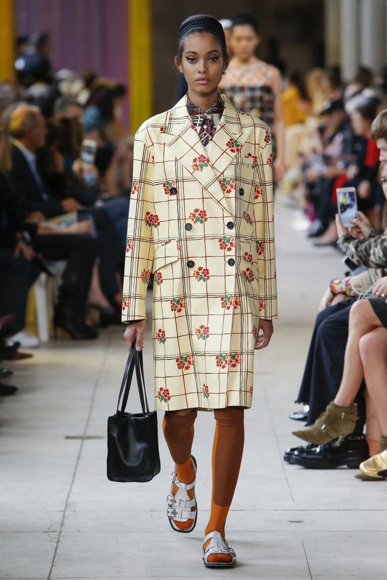 Модный тренч в клетку и с цветочным принтом из коллекции Miu Miu весна-лето 2018