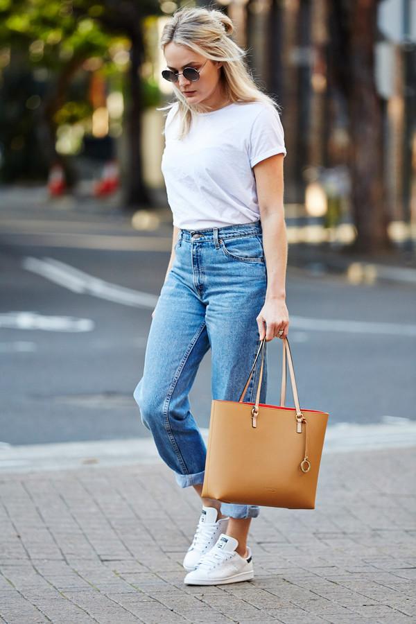 С чем носить мом джинсы: с белой футболкой и кроссовками